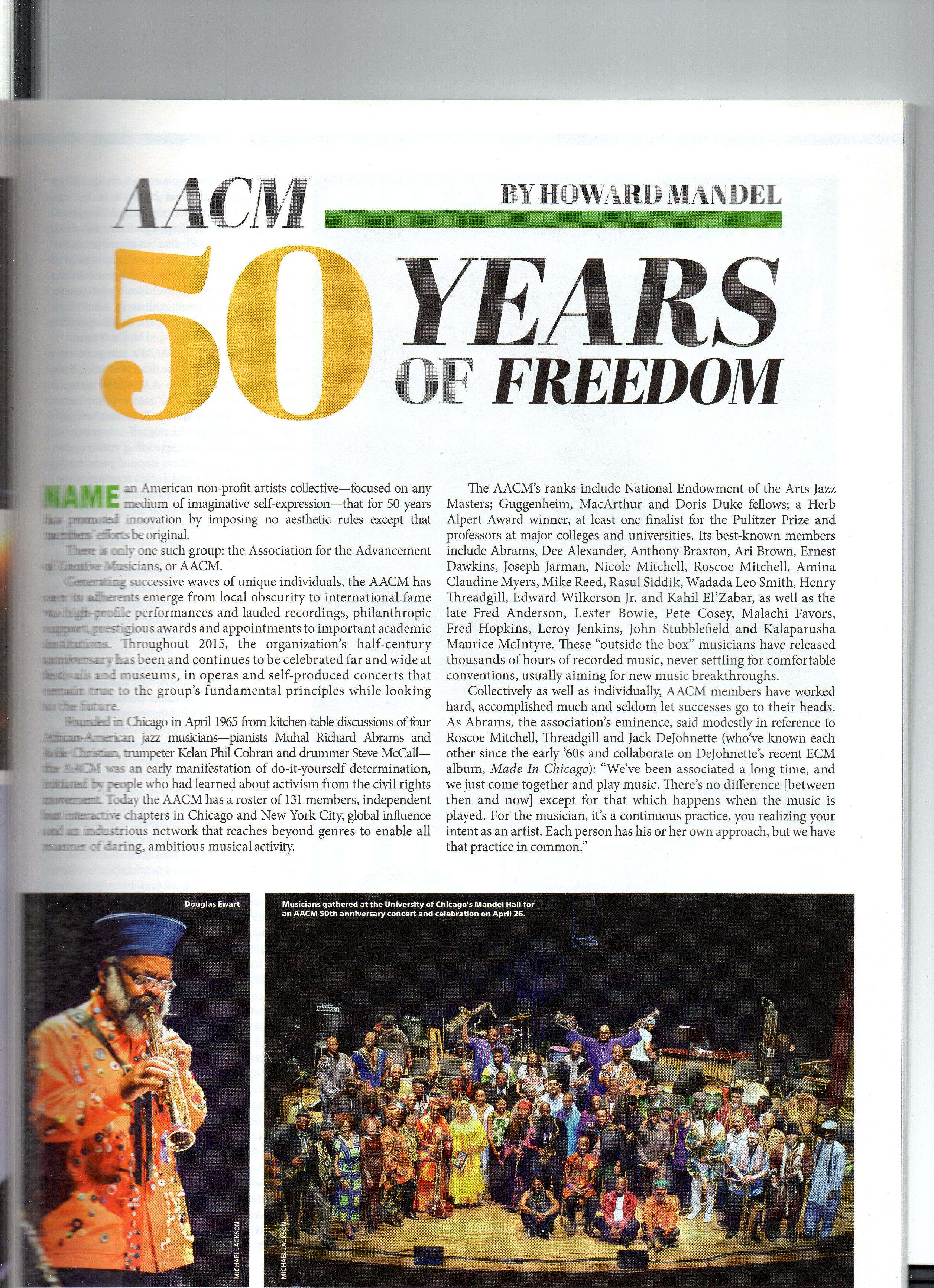 """Downbeat fête les 50 ans de l'AACM, sous le titre """"50 ans de liberté"""". Dans le même numéro - c'est aussi la couverture - un """"en mémoire d'Ornette Coleman""""."""